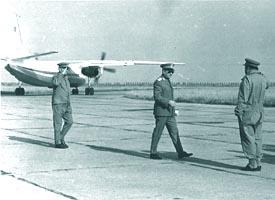 Alexeni, aug. 1969: dand raportul pentru parada, comandantului aviatiei Gl. Mr. Aurel Niculescu